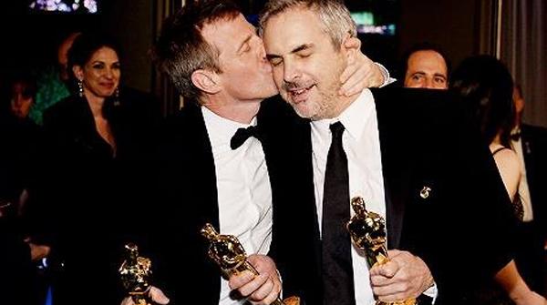 Spike Jonze e Alfonso Cuarón com seus prêmios em mãos.