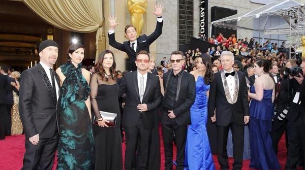Benedict Cumberbatch trollando a foto do Bono.